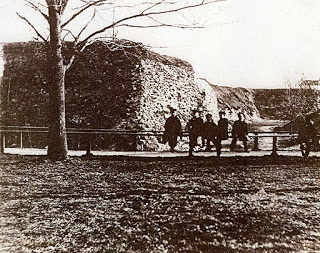 En grupp människor framför bastion Adolphus
