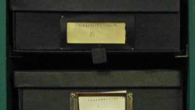 Närbild på kapslar i arkivet.