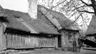 Ett gallat hus med halmtak