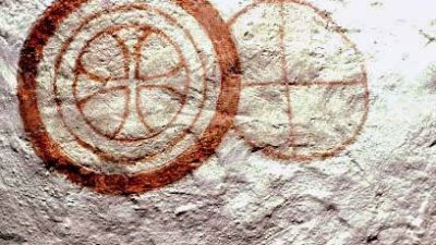 Rödmålade konsekrationskors på en sten