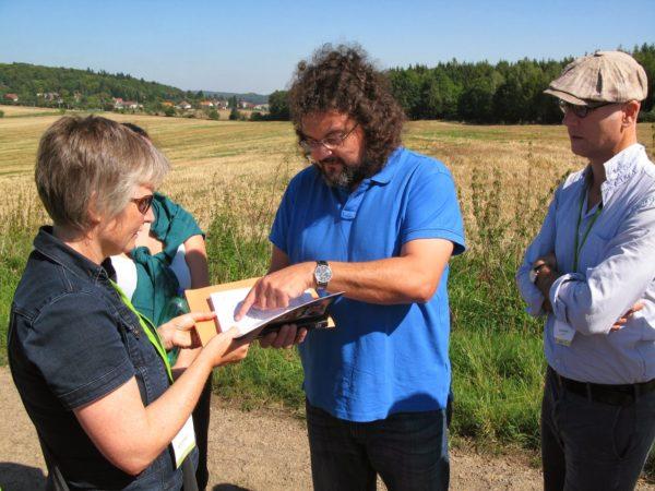 Projektledaren Pavel Vareka visar de ödelagda byarna i distriktet Rokycany