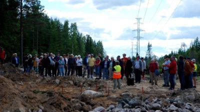 Stor grupp människor vid utgrävning