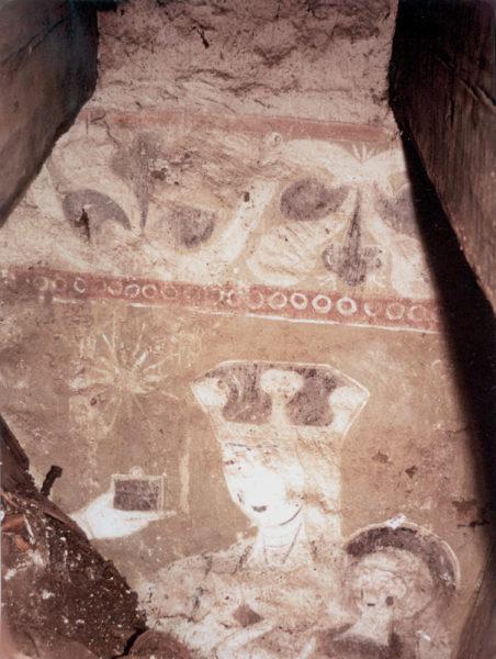 Väggmålningen fortsätter ovanför valvet. Maria med Jesusbarnet finns illustrerat. Maria har någon typ av krona.