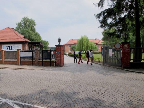 Nutida foto över de yttre grindarna.