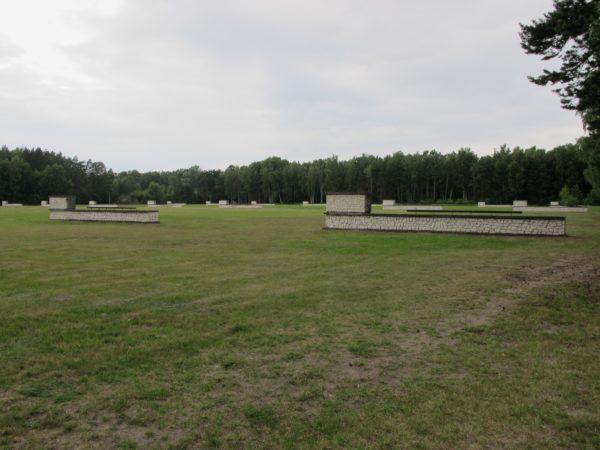 Ett öppet fält med långa vita murar.