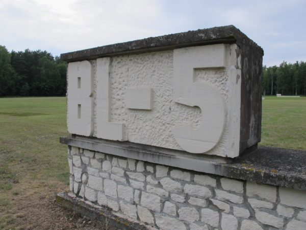 En vit mur med ett nummer som är detsamma som en barrack hade på samma plats.