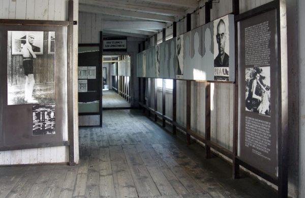 Bild över en barrack som nu har bilder och text om förintelsen och dess offer.