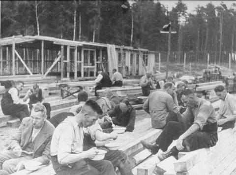 Polska fångar har lunchrast från arbetet med första etappen av Stutthof.