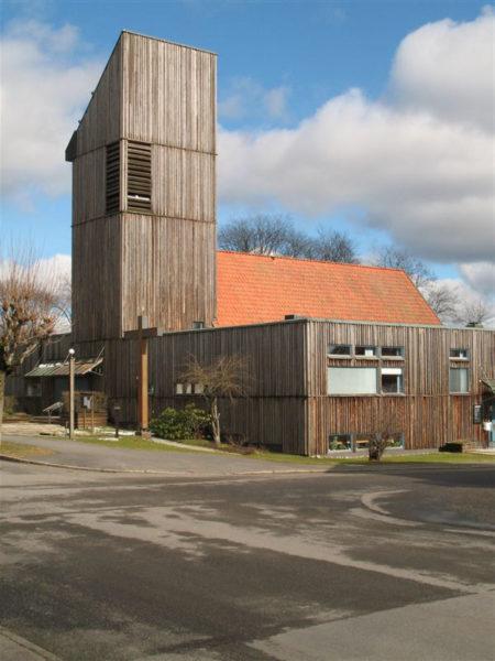 Bodafors kyrka som fick sin nuvarande yttre gestaltning av Ralph Erskine, utfört 1971-1972.