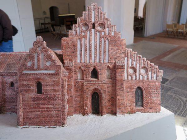 Modell av kyrkan över den västra fasaden.