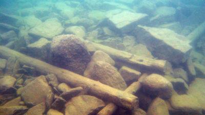 Undervattensfoto på efterlämningar av en timmerkista.