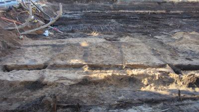 Odlingsbäddar syns från utgrävningen.