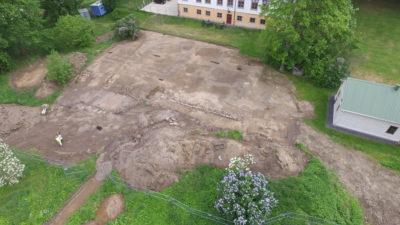 Flygfoto över herrgården och det arkeologiska området.