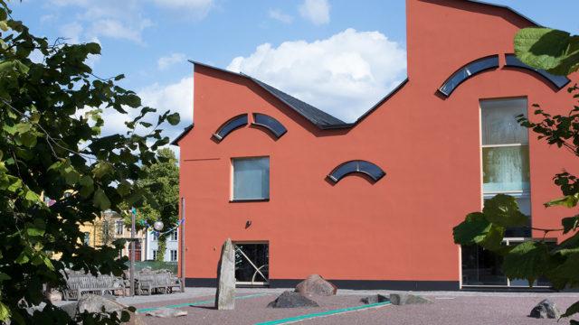 Bild på museet. En röd byggnad.