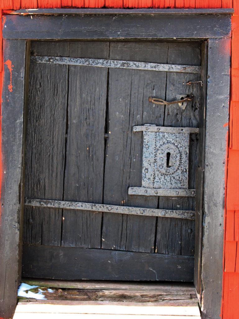 Den medeltida porten med smidda detaljer.