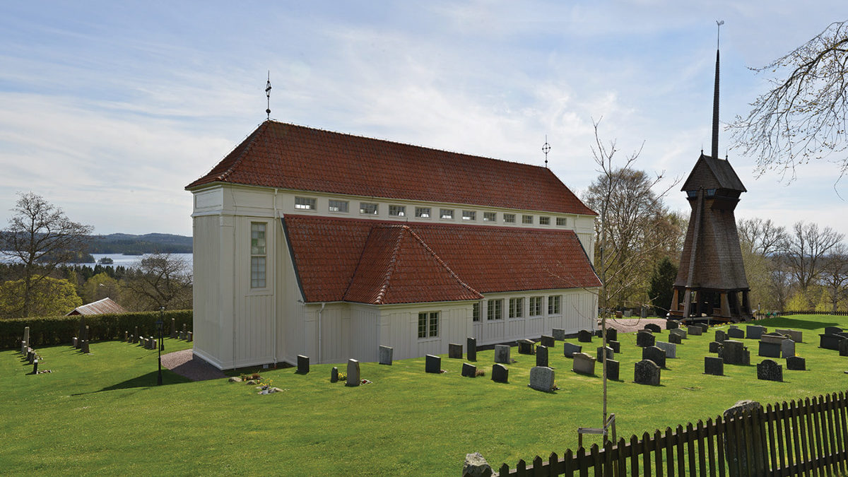 Stengårdshults kyrka och klockstapel.