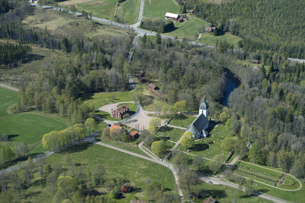 Flygfoto av Villstads kyrkby.