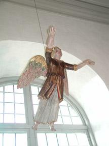 En dopängel hängandes från taket i en kyrka.