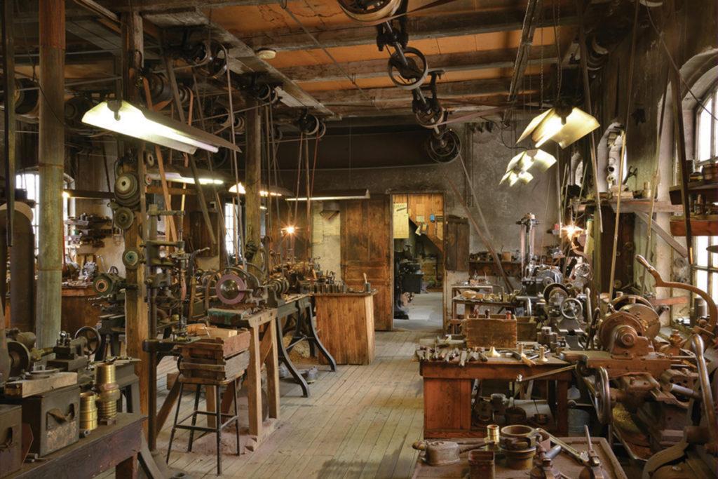 nteriör från verkstaden med maskinutrustning och remdrift, huvudsakligen från 1920-talet.