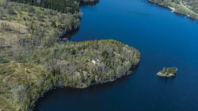 Brahälla slotsruin vid sjön Noen.