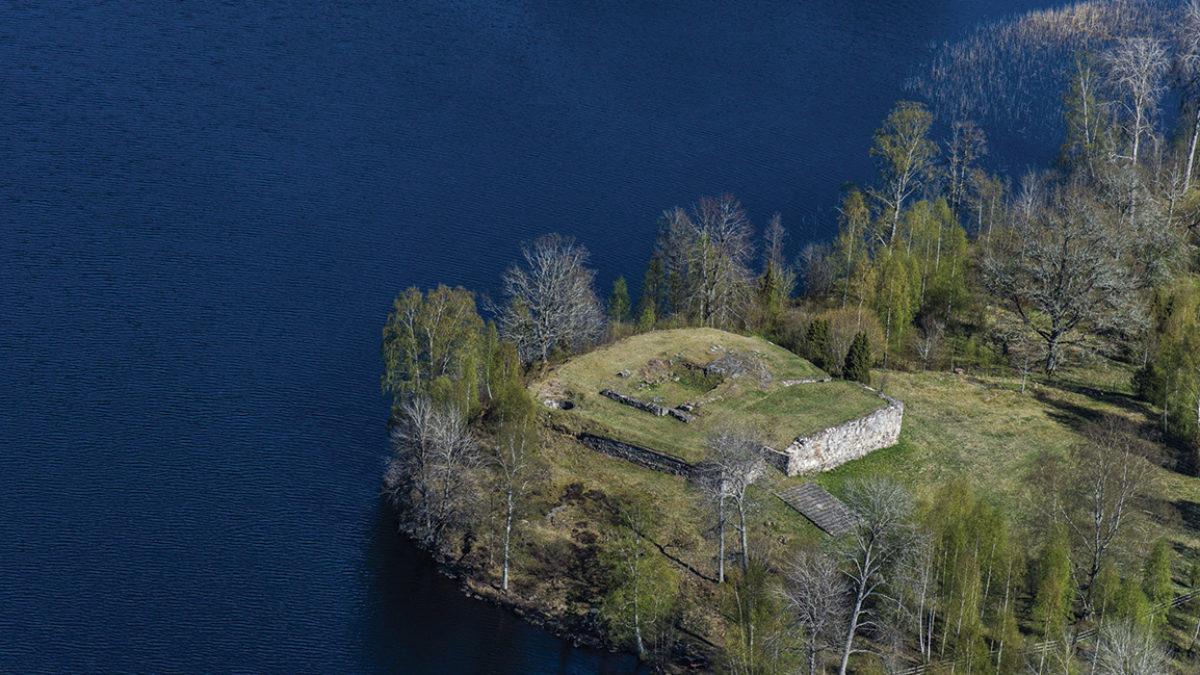 Flygbild över slottsruin.