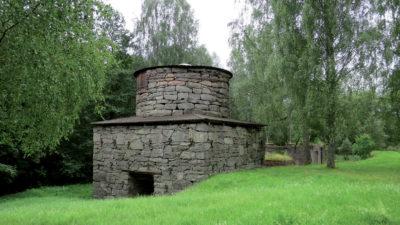 Häryds masugn med ruinerna efter det yngre gjuteriet i bakgrunden.