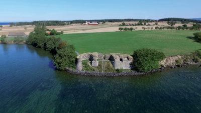 Borgruinen vid Näs från sjösidan.