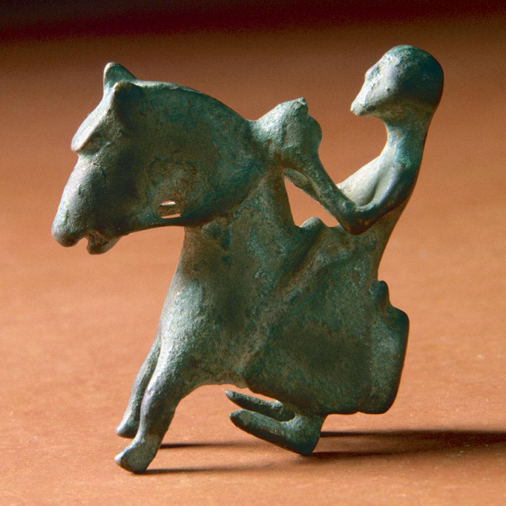 En vikt utformad som en häst av brons har hittats av dykare nära borgen.