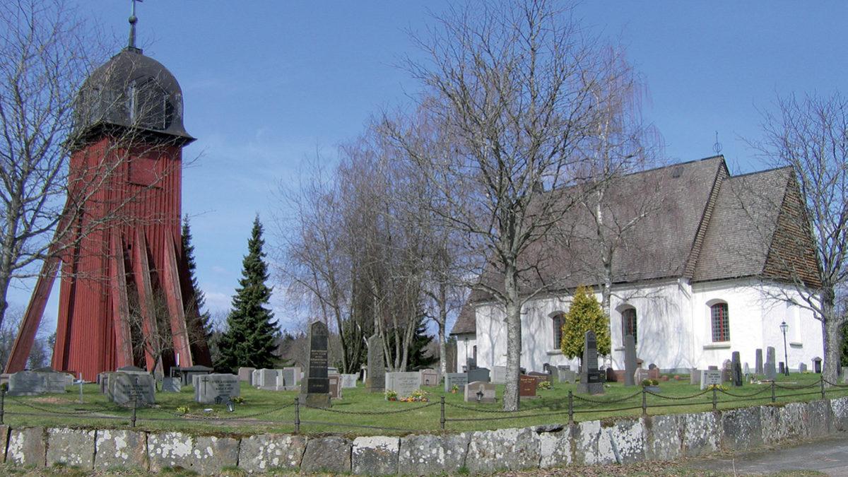 Hagshults kyrka och klockstapel.