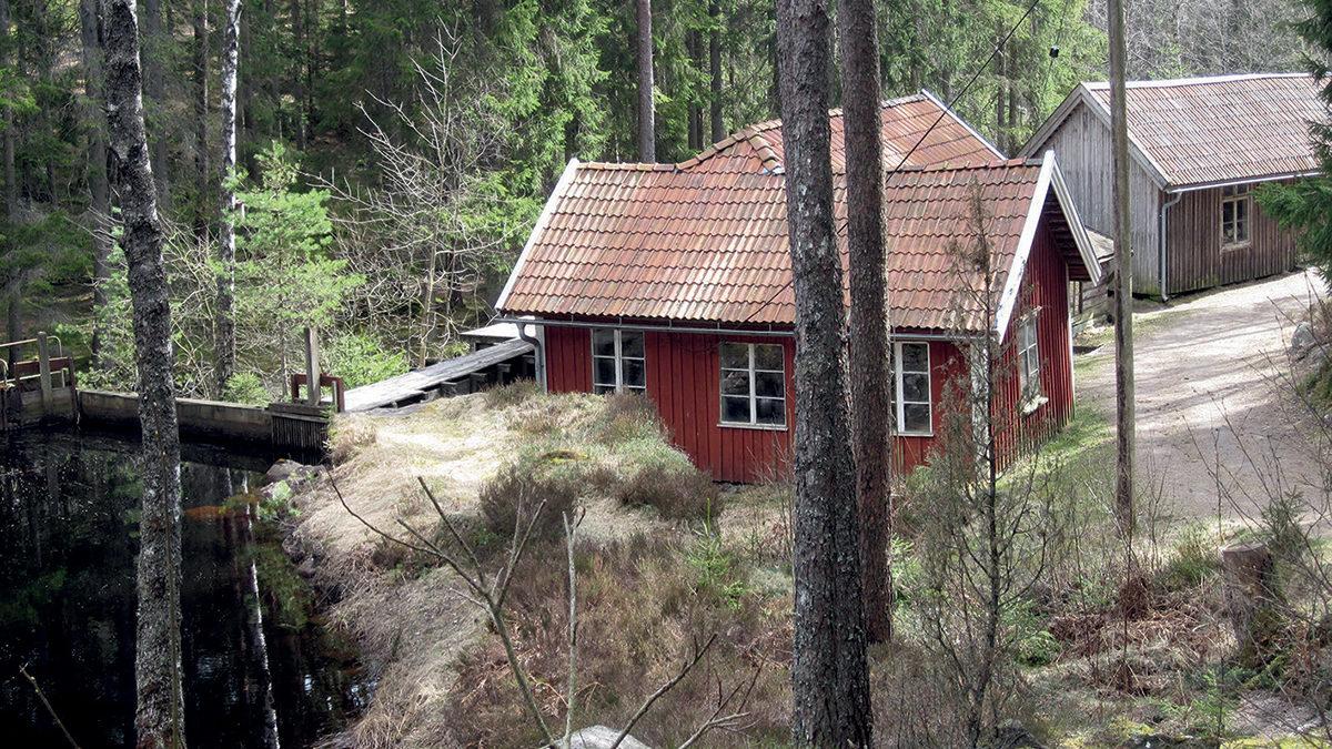 """Närmast fabriksbyggnaden Andersfors uppförd på plats 1908. Bakom denna skymtas """"Lill-Andersa slipe"""" som inrymde Gnosjös första hårnålsfabrik och en smedja."""