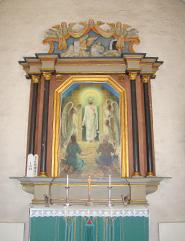 Stor tavla i trä med målning av änglar och med breda lister omkring.