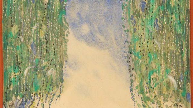 En grön äng. På sidorna av bilden står två träd med långa gröna kvistar.