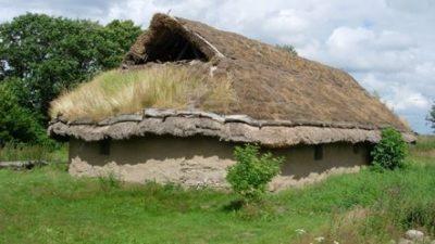 En byggnad av lera. Taket på byggnaden är gjort av halm och gräs.