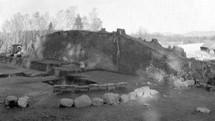 En jordig plats med stenar uppradade. I marken är det grävda gångar.
