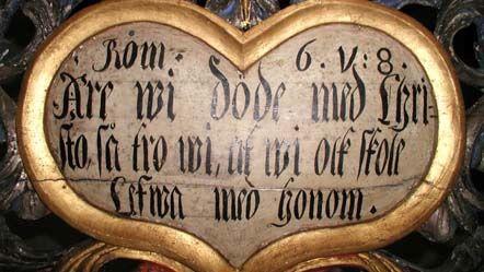 Detalj från en gravskrift i Brahekyrkan. Den är hjärtformad med text i.