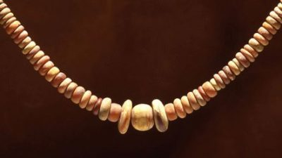 Ett halsband av bärnstenspärlor.