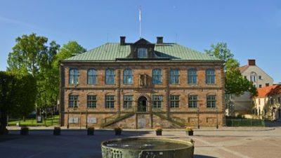 Nutida foto av byggnaden Göta Hovrätt under sommartid.