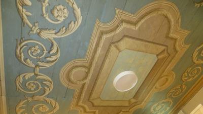 Gula målningar på blått tak.
