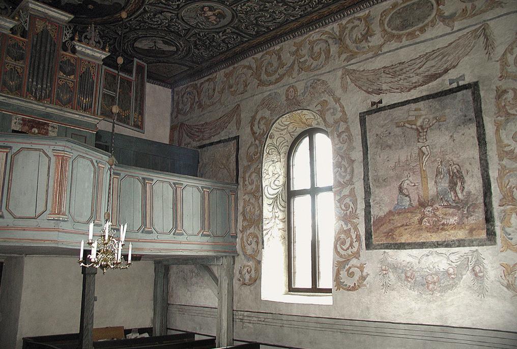 Delar av interiör och väggmålningar i kyrkan.