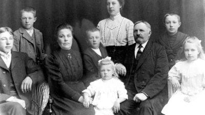 En äldre porträttbild med barn och vuxna .