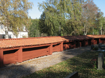Ett staket av röda timmer brädor.