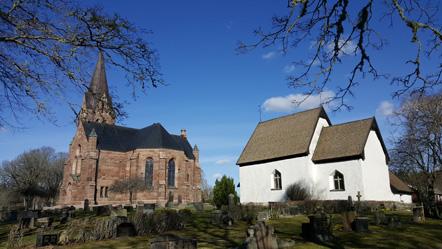 Två kyrkor, en i sten och en vit.
