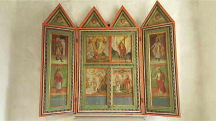 Tavla med röda kanter och trekantiga toppar i överkanten. Flera olika målningar i samma tavla.