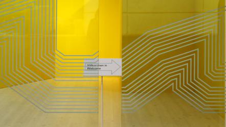 Glasdörrar med tydlig marking.