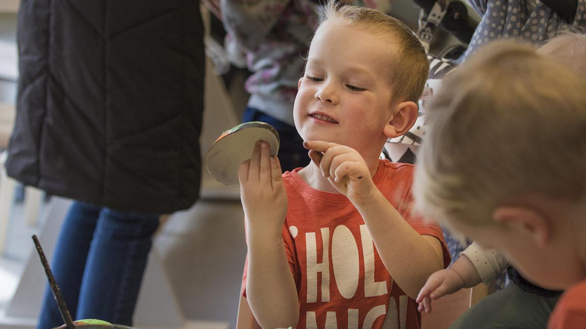 Barn som skapar ett påskägg