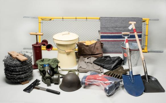 En grupp av föremål från verkskyddet vid Saab AB i Jönköping: bland annat sjukbår, toaletthink, filt och hjälm.
