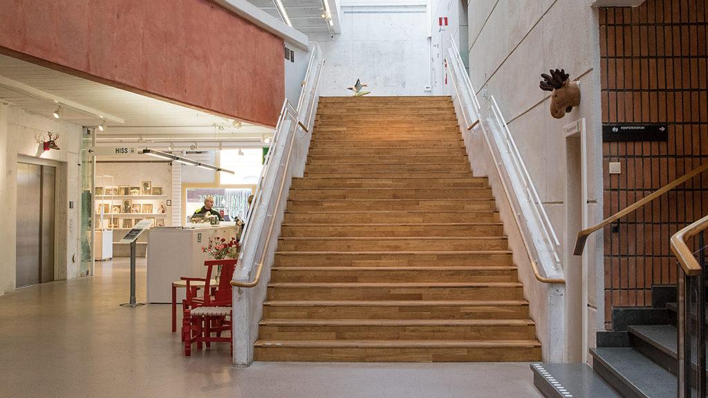 En lång trappa med en avsats i mitten.