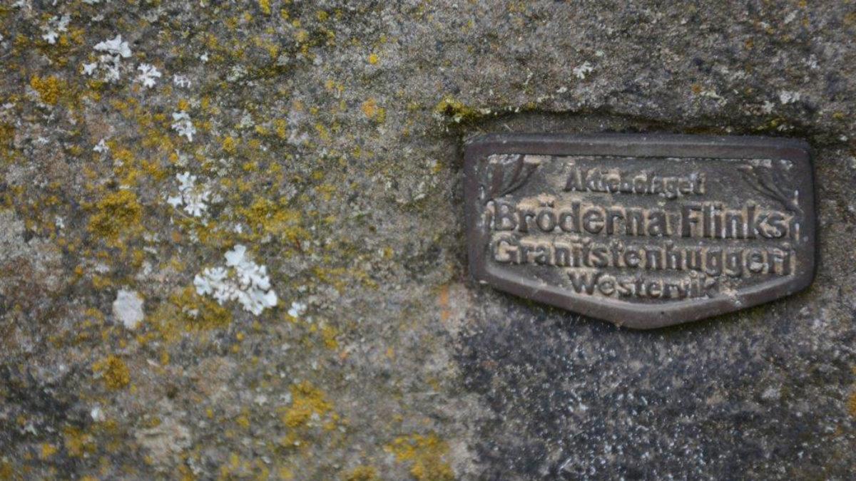 Textplatta med texten Bröderna Flink granitstenhuggeri