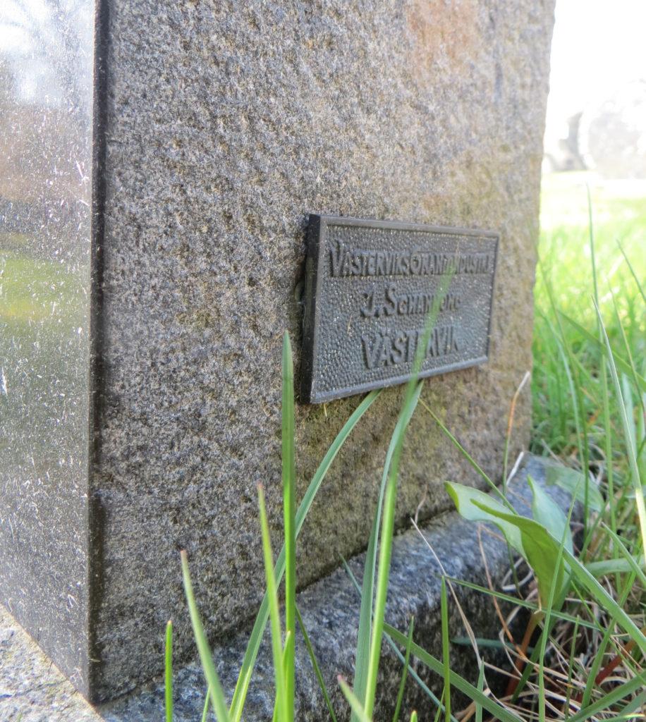 Gravsten märkt Västerviks granitindustri.