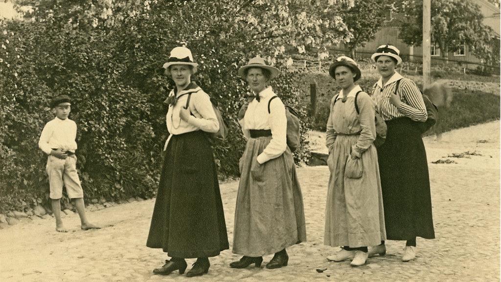 Äldre bild med kvinnor på ett led.